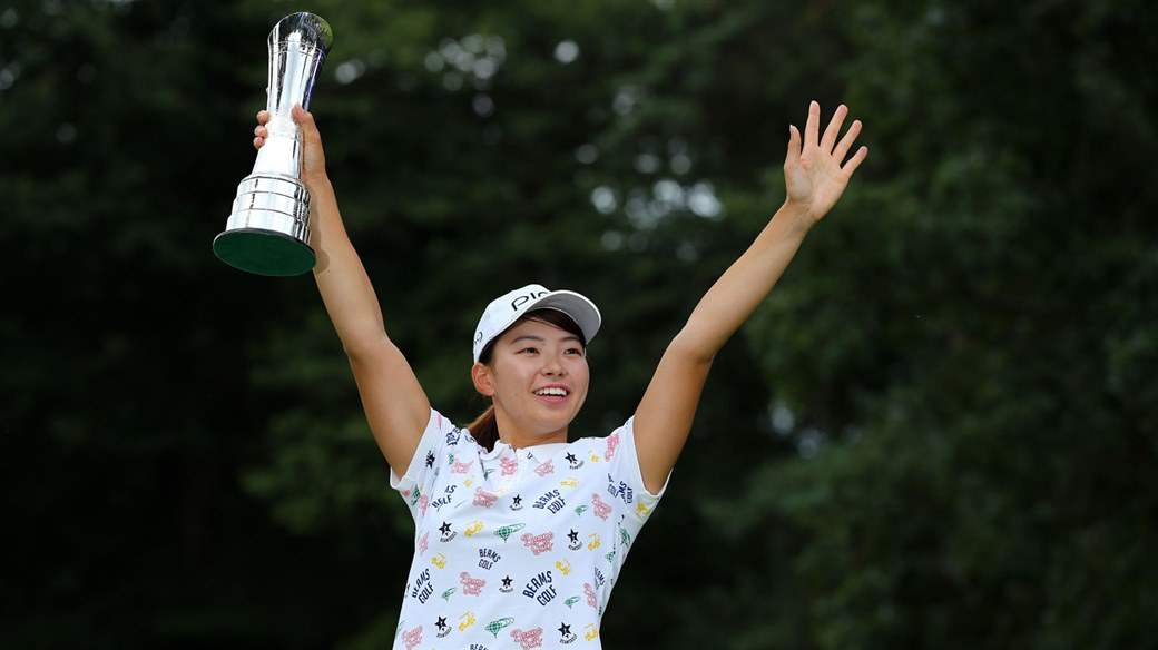 Hinako Shibuno celebrates with AIG Women's British Open trophy.